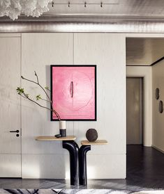 A pop of pink can spice up any neutral space 💕👌🏼 Design: Photo: Modern Entryway, Entryway Decor, Foyer, Modern Console Tables, World Of Interiors, White Vases, Design Firms, Design Design, Elle Decor