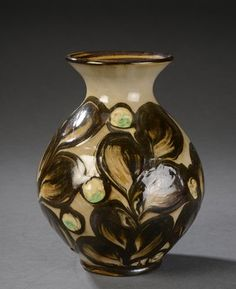 Vare: 4714562 Kähler vase af lertøj dekoreret i kohorn glasur med bladværk.