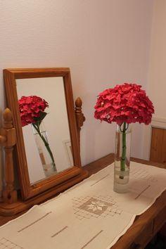 Un hortensia rouge dans la chambre rouge