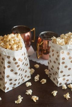 the most hearty, the most creamy and the most gourmet cakes with walnut . Faire Du Pop Corn, Popcorn Au Caramel, Le Pop, How To Cook Corn, Gourmet Cakes, Cooking Cookies, Kettle Corn, Street Food, Finger Foods