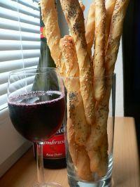v domácí pekárně dělané tyčinky k vínu