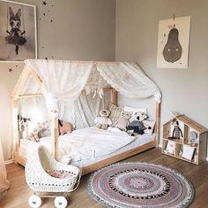 Jolie Voilage de lit en dentelle pour une ambiance douce et romantique. Créez un cocon parfait pour votre enfant. Matière: 100% polyester Dimensions: 145 cm x 180 cm VENDU PAR 1 PC LIVRAISON SOUS 15 JOURS OUVRÈS