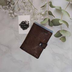 Anais Terrier sur Instagram: Pour vous messieurs 🧔🏻 Portefeuille modèle compère sous licence sacôtin Pratique et compact 3 emplacements pour cartes bancaires 💳 5…