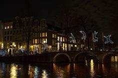 Het Light Festival is begonnen, met name deze voorstelling op de brug bij het Cromhoutmuseum en/of het Grachtenhuis aan de Herengracht is érg leuk!