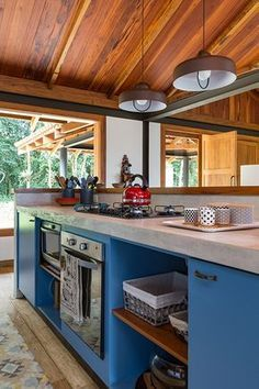 Casa de campo construída para apreciar a Serra da Mantiqueira - Constance Zahn Casa de campo construída para apreciar a Serra da Mantiqueira - Constance Zahn Kitchen Interior, Home Interior Design, Kitchen Decor, Kitchen Design, Sweet Home, Mediterranean Homes, Country Decor, Home Kitchens, Kitchen Remodel