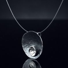 Colgante de plata Colgante de plata forjada y envejecida  Incluye cadena de acero antialergica con terminales de plata Acadabo brillo
