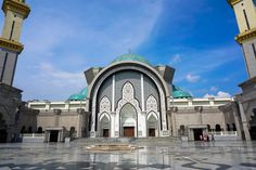 Der Innenhof von Masjid Wilyaha Kuala Lumpur, Louvre, Mansions, House Styles, Building, Travel, Destinations, Fun Places To Go, Indoor Courtyard
