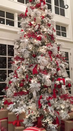 Frosted Christmas Tree Decorations Holidays Ideas For 2019 White Christmas Tree With Red, Silver Christmas Tree, Christmas Tree Design, Beautiful Christmas Trees, Christmas Tree Themes, Christmas Home, Flocked Christmas Trees Decorated, Frosted Christmas Tree, Silver Christmas Decorations