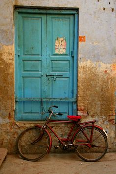when I think of India, I think of this faded turquoise and cracked worn walls. it's so beautiful.