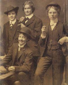 Group of women having a smoke, circa Vintage Lesbian, Vintage Ladies, Old Photos, Vintage Photos, Lgbt, Gibson Girl, Badass Women, Retro Aesthetic, Historical Clothing