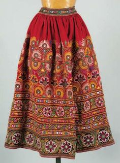 Une jupe brodée indienne Travail de broderie avec fixation de miroirs Folk Fashion, Ethnic Fashion, Girl Fashion, Vintage Fashion, Fashion Outfits, Indian Designer Outfits, Indian Outfits, Off White Saree, Traditional Skirts
