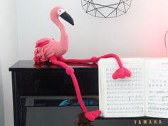 Le flamant rose au crochet Réalisé en France dans des matières naturelles. Taille : hauteur: 30 cm + 50cm de pattes largeur: 20 cm Matériaux : Coton Rembourrage : Kapok