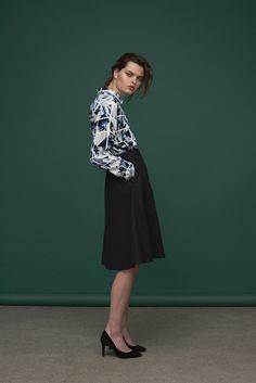 Tile print in blue tones. Classic shirt with a casual and cool feel. Mid-length A-shaped skirt in wool that makes you stylish even in cold weather. Shirt : Ibina / Saffron Print Skirt : Dorina / Deloris