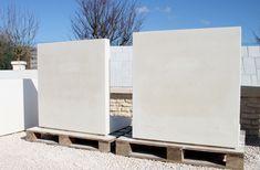 Mur ou muret de clôture 'en L', mur de soutènement en béton lisse préfabriqué.