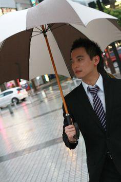 Model Jay with the Grande Men's Pumpkin umbrella.