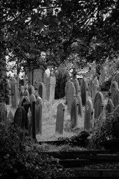 That haunting but peaceful feeling Cemetery Headstones, Old Cemeteries, Cemetery Art, Graveyards, Spooky Places, Haunted Places, Abandoned Places, Statues, Gardens Of Stone