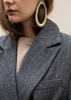 """#newarrivals #details #herringbone #menswear #coat #doubelbreasted #thefrankieshop #frankienyc #frankiegirl Double Breasted, Straight Long Coat w/Slit Back Detail Front Flap Pockets. Shoulder Pads. Fully Lined Color- Grey Herringbone w/Red Stitching 40% Wool, 40% Nylon, 20% Polyester 43"""" Length, 17"""" Shoulder, 40"""" Bust Dry Clean Imported"""