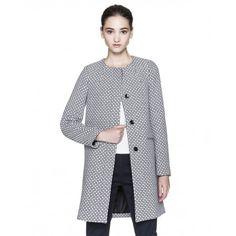 Manteau armuré, coupe droite avec col mao, patte de boutonnage sous rabat avec boutons de couleur contrastée. Poches passepoilées sur le devant et pièce entièrement doublée.