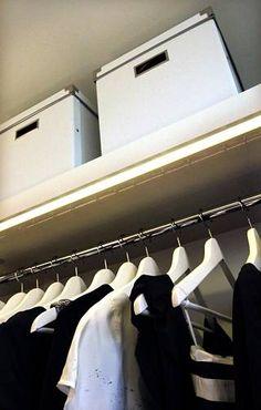 Vaatehuoneen tanko voi olla näinkin siisti, jos säilyttää siellä vain niitä vaatekertoja, joita käyttää eniten. Organization, Organizing, Closet, Home Decor, Organisation, Homemade Home Decor, Closets, Cabinet, Interior Design