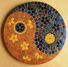 Tampo giratório com 40cm de diâmetro, feito com pastilhas de vidro. Mosaic Artwork, Mirror Mosaic, Mosaic Diy, Mosaic Garden, Mosaic Crafts, Mosaic Glass, Mosaic Tiles, Mosaic Designs, Mosaic Patterns