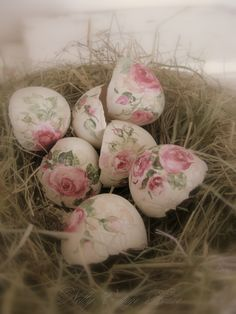 beautiful - flowers on cracked eggshells - I would have to keep these and decorate with them - in a nest under a cloche probably - nelly vintage home: Черупки от яйца