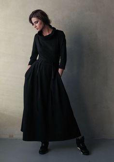 Мягкий трикотаж, широкий воротник, съемный пояс, дающий возможность экспериментировать с образами, незаменимые в повседневности карманы - всё это сочетается в элегантном платье.