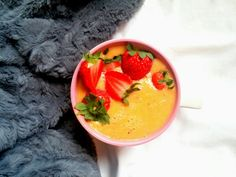 Porcja witamin w pomarańczowym koktajlu z truskawkami    Przepis już na fb https://www.facebook.com/eatdrinklook/  --->   Portion of vitamins in a orange cocktail with  strawberries    Recipe already on fb https://www.facebook.com/eatdrinklook/