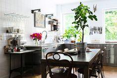 Hanna och Christopher Bastins hemtrevliga funkisfyra i Vasastan är en upptäcktsresa i både tid och rum. Låt dig inspireras av det industriella köket i bistrostil, vardgasrummet som inbjuder till...