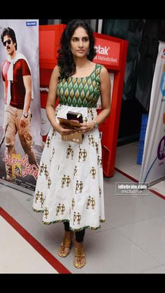 Chennai Express premiere at Cinemax, Banjarahills - Hyderabad - Telugu cinema Salwar Pattern, Kurta Patterns, Dress Patterns, Dress Neck Designs, Blouse Designs, Kurtha Designs, Simple Kurta Designs, Churidar Designs, Kurta Neck Design