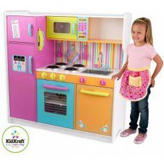De fel gekleurde luxe Kidkraft keuken is een waar paradijs voor jonge koks. Verschillende kastjes kunnen open en dicht, de keuken is voorzien van een oven, magnetron,  wasbak, verschillende draai- en bedieningsknoppen, 2 kookplaatjes, pannenlap, spatel, menglepel en een draadloze telefoon. De gedetailleerde afwerking zorgt voor uren speelplezier, en misschien wel een nieuwe masterchef in huis! Dit product kan gepersonaliseerd worden. Hiervoor kunt u contact opnemen met onze klantenservice.