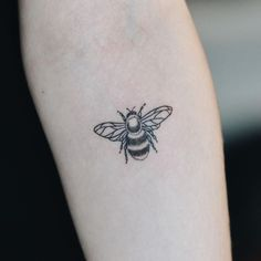 Pin for Later: 21 Seasonal Tattoo Ideas For Anyone Who Really, Truly Loves Spring A Buzzing Bee tattoo designs ideas männer männer ideen old school quotes sketches Bumble Bee Tattoo, Honey Bee Tattoo, Piercings, Piercing Tattoo, Tattoo Dotwork, Tattoo Motive, Tattoo Thigh, Scarab Tattoo, Tattoo Maori