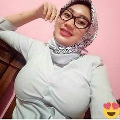 Those lips beg to be kissed. Arab Girls Hijab, Girl Hijab, Muslim Girls, Beautiful Hijab Girl, Beautiful Muslim Women, Myanmar Women, Modern Hijab Fashion, Arab Women, Hijab Chic