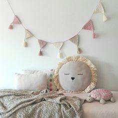 Ila y Ela is a lovely discovery. Crochet Bunting, Crochet Garland, Crochet Decoration, Crochet Home Decor, Love Crochet, Crochet For Kids, Crochet Baby, Knit Crochet, Baby Deco