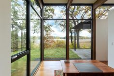 Image 11 of 39 from gallery of Woodland House / ALTUS Architecture + Design. Photograph by ALTUS Architecture + Design Modern Glass House, Glass House Design, Home Design, Woodland House, Forest House, Minnesota Home, Minneapolis Minnesota, Single Story Homes, Commercial Architecture