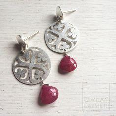 Bellos aritos de plata 950 calados a mano con gotas de rubí.  Valor: $42.000