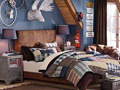 peinture murale bleue, lit en bois et fauteuil en cuir marron dans la chambre ado garçon