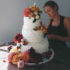 we are drooling over this gorgeous cake by one of our favorite vendors @laleflorals #denver