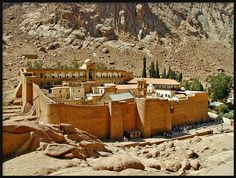 EGYPT - Saint Catherine's Monastery can be found just below Mount Sinai. It is the oldest working monastery in the world. Beautiful Places To Visit, Places To See, Monte Sinai, Saint Catherine's Monastery, Cairo, Sainte Catherine, Cap Vert, Visit Egypt, Egypt Travel