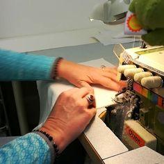 Vielä viimeiset polkemiset ja Rimoldi pääsee viikonlopuksi huilaamaan... Ompelimon #supernainen Piret on sitä tänään ansiokkaasti koko päivän huudattanut 😁 Hyvää viikonloppua!    #myllymuksut #mymust #viikonloppu #ompelimo #teollisuuskone #madeinfinland #ompeluteollisuus #saumuri #saumauskone #rimoldi #industrialsewingmachine #sewing #weekend #happyweekend