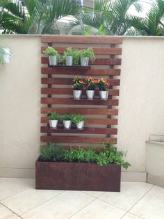 Use wood panels to create a vertical garden for your home - Diy Garden Projects Jardim Vertical Diy, Vertical Garden Diy, Vertical Gardens, Vertical Planter, Planter Box With Trellis, Wall Trellis, Fence Planters, Diy Trellis, Outdoor Planters