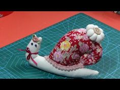 Caracol alfiletero muy facil - YouTube Pin Cushions, Make It Yourself, Crafts, Couture, Sewing, Scrappy Quilts, Tela, Vestidos, Snails