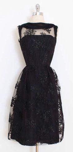Vintage Fashion 1950s, Vintage 1950s Dresses, Look Vintage, Retro Fashion, Vintage Outfits, Beautiful Gowns, Beautiful Outfits, Illusion Dress, Up Girl