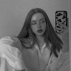 Girl Pictures, Girl Photos, Foto Portrait, Shotting Photo, Cute Selfie Ideas, Photographie Portrait Inspiration, Model Poses Photography, Instagram Pose, Insta Photo Ideas