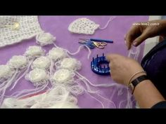 Derya Baykal'la Gülümse: Gelinlik Etolü Yapımı - YouTube Yarn Flowers, Crochet Flowers, Crochet Cord, Crochet Stitches, Baby Hats Knitting, Loom Knitting, Crochet Designs, Crochet Patterns, Weaving Loom Diy