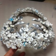 Tocados de novia. Joyería Cerámica. Flores de porcelana (cérámica ) y masa de porcelana fría. Flower Headpiece, Headpiece Wedding, Bridal Headpieces, Casco Floral, Bride Headband, Wedding Hair Pins, Bridal Crown, Ceramic Flowers, Crown Hairstyles