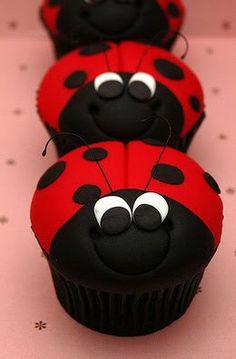 Who wouldn't adore these cute little ladybug cupcakes? Here's a collection of ladybug cupcake ideas. Cupcake Original, Dessert Original, Cupcakes Design, Yummy Cupcakes, Cupcake Cookies, Cupcake Pics, Giant Cupcakes, Cake Pops, Super Torte