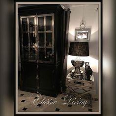 Manhattan Lux 2 Cabinet er et lekkert sortmalt vitrineskap med stål sprosser. Dette skapet er et blikkfang med flotte detaljer. Skapet er laget i sortmalt poppel og MDF og er meget solid. Skapet kommer i 2 deler hvor den nederste delen består av tett skap og øverste del består av glassdører med sprosser i blankt rustfritt stål. Kommer også i hvit med stål.  Mål: Høyde:  220 cm Bredde: 120 cm  Dybde:  45 cm