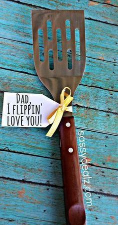 """Funny Spatula Father's Day Gift Idea """"Dad I flippin' love you!"""" What a cheap and cute gift idea for Dad! Diy Father's Day Gifts, Father's Day Diy, Craft Gifts, Cool Gifts, Game Gifts, Fathers Day Crafts, Happy Fathers Day, Dad Crafts, Cute Fathers Day Ideas"""
