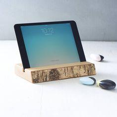 Handgemachte Halterung für dein iPad oder Tablet aus Birkenholz mit naturbellassener Rinde. | NotOnTheHighStreet.de