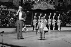 """Roger Lanzac et le nain Roberto présentent les numéros de cirque dans l'émission """"La piste aux étoiles"""" - On attendait l'émission avec impatience tous les jeudis (jour sans classe à l'époque)"""